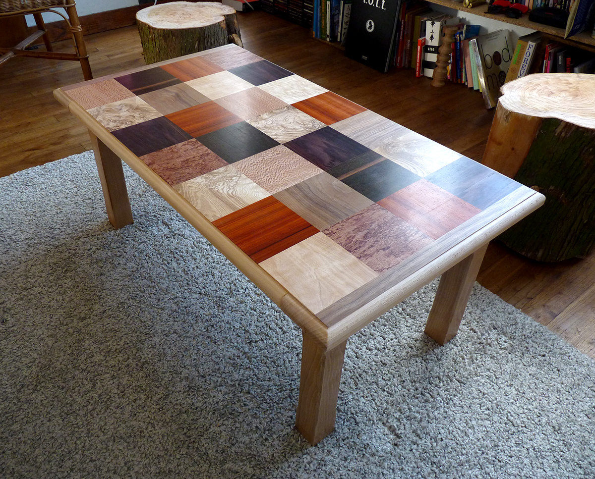 table basse hêtre massif et damier placage